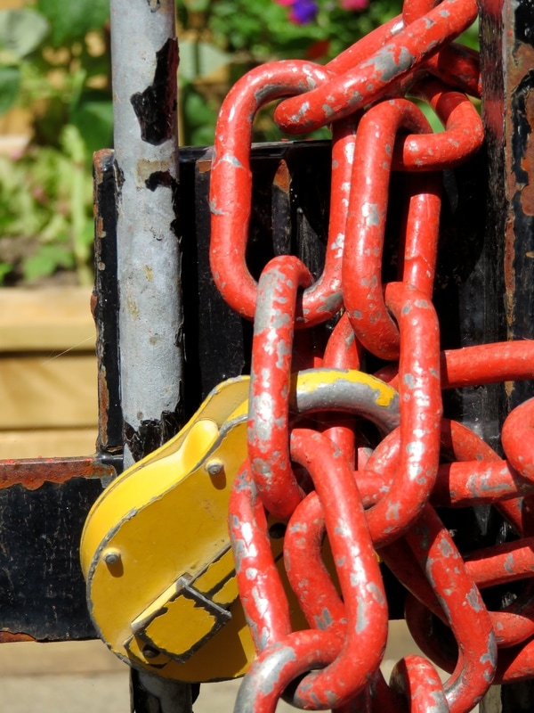 yellow lock, red chain