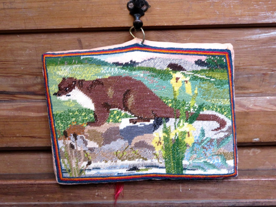kneeler with otter