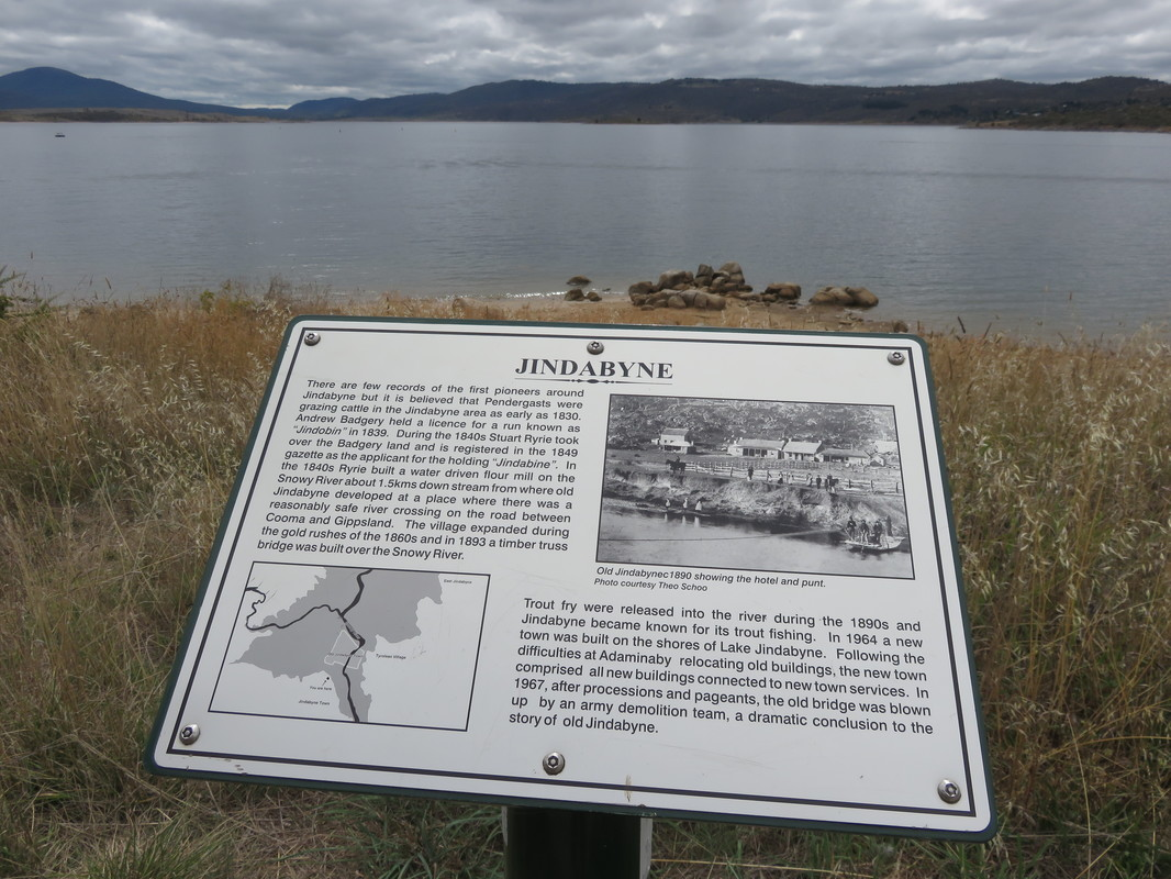 Lake Jindabyne and sign
